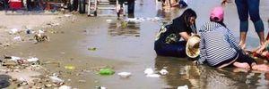 Để bãi biển ngập ngụa rác: Chính quyền đã đi đâu?