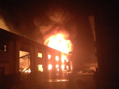 Cháy dữ dội công ty sơn tại Bình Dương