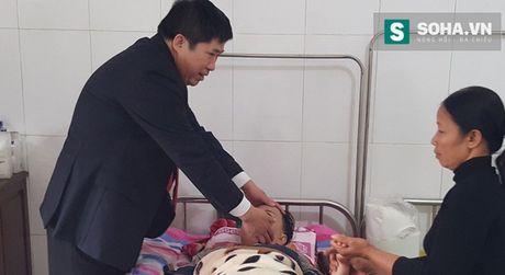 """""""Thần y"""", đại gia Bùi Tùng Mậu thăm khám bệnh nhân."""