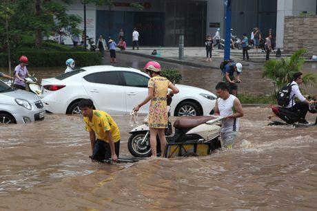Mưa ngập bất ngờ, dân Hà Nội 'sờ tay' kiếm bạc triệu