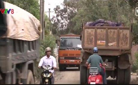 Quang Ngai: Nguoi dan buc xuc chan xe cho vat lieu - Anh 1
