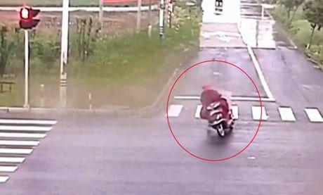 Người đàn ông tỉnh nhất năm khi gặp xe tải mất lái