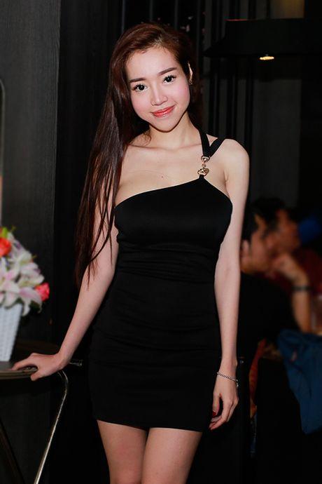 Suot 8 nam, Elly Tran chi dien mot khoe duong cong - Anh 7