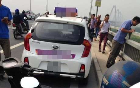 Tai xe bo lai xe taxi nhay xuong cau Nhat Tan tu tu - Anh 2