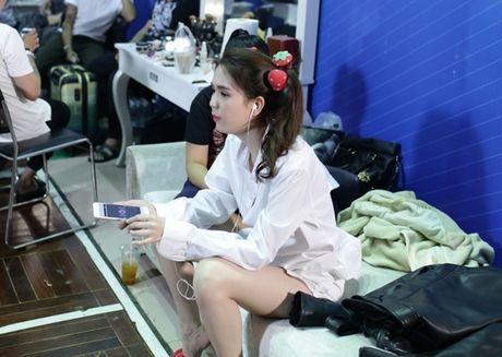Ngoc Trinh om goi ngu khoc meu ben Tran Thanh - Anh 6