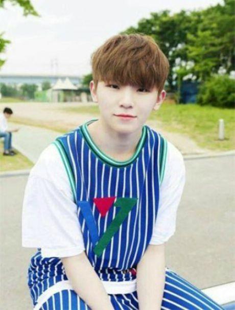 8 idol nam Kpop so huu lan da trang nhu co the 'phat sang' - Anh 7