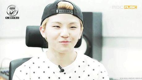 8 idol nam Kpop so huu lan da trang nhu co the 'phat sang' - Anh 9