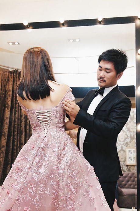 Khanh Hien va ban trai Viet kieu rang ro di thu trang phuc cuoi - Anh 9