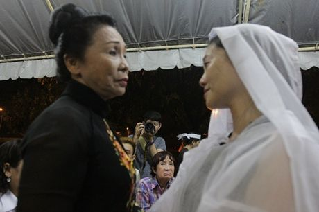 "Dong nghiep den vieng ""huyen thoai cai luong"" Thanh Tong trong dem muon - Anh 6"