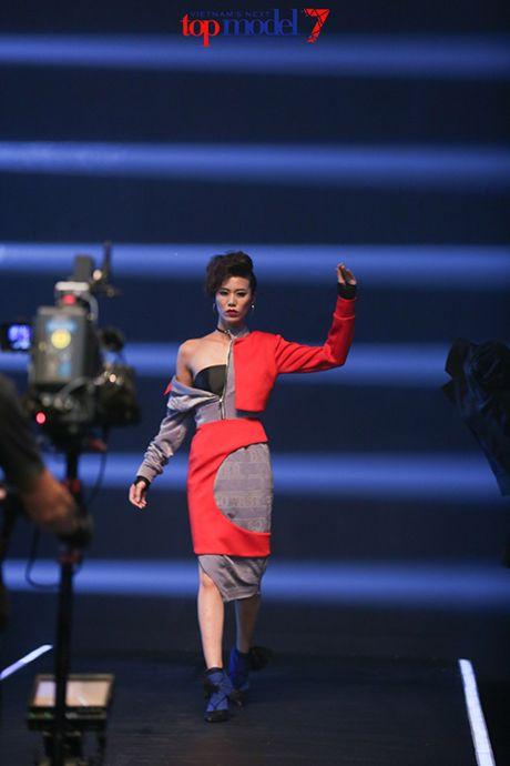 Top 7 Next Top Model vut ao, catwalk nguoc khi quay quang cao - Anh 2