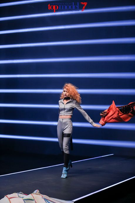 Top 7 Next Top Model vut ao, catwalk nguoc khi quay quang cao - Anh 4