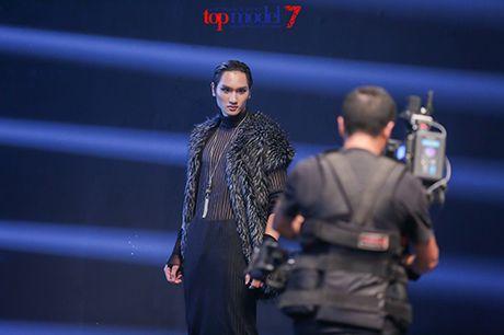 Top 7 Next Top Model vut ao, catwalk nguoc khi quay quang cao - Anh 8