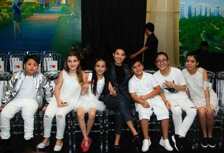 Vu Cat Tuong dua hoc tro 'The Voice Kids' len san catwalk - Anh 1