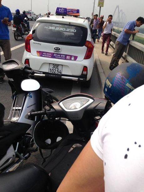 Vu tai xe bo lai taxi, nhay cau Nhat Tan tu tu: Thanh xe co mau, ben trong bi xao tron - Anh 1