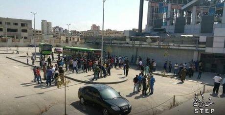 Phien quan thanh chien Syria bat dau di tan khoi thanh Homs (video) - Anh 1