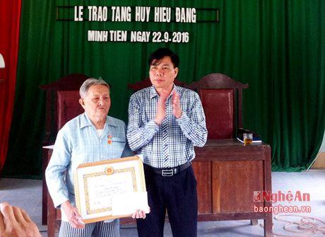 Trao tang Huy hieu 55 tuoi Dang - Anh 1