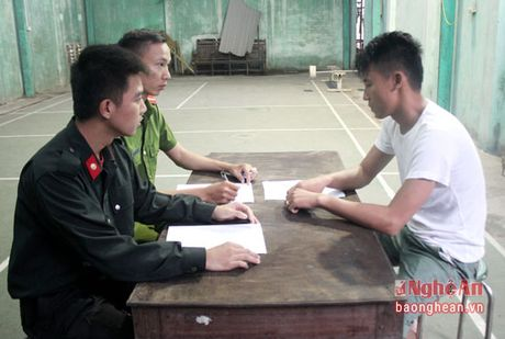 Bat doi tuong van chuyen gan 30 kg thit chim khong ro nguon goc - Anh 1