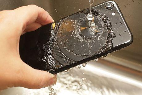 Apple, Samsung va Sony da lam the nao de giup smartphone khong bi hu khi ngam nuoc? - Anh 1