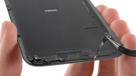 Apple, Samsung va Sony da lam the nao de giup smartphone khong bi hu khi ngam nuoc? - Anh 2