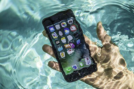 Apple, Samsung va Sony da lam the nao de giup smartphone khong bi hu khi ngam nuoc? - Anh 4