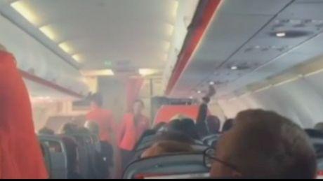 May bay Jetstar truc trac dong co, khoi tran vao khoang hanh khach - Anh 1