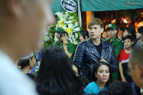 Nguoi dan vay kin, bao ve phai lap rao chan quanh le tang NSND Thanh Tong - Anh 13