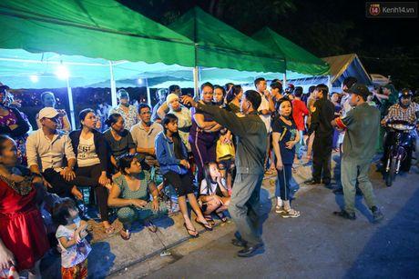 Nguoi dan vay kin, bao ve phai lap rao chan quanh le tang NSND Thanh Tong - Anh 2