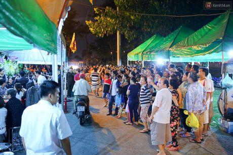 Nguoi dan vay kin, bao ve phai lap rao chan quanh le tang NSND Thanh Tong - Anh 3