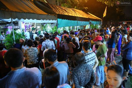 Nguoi dan vay kin, bao ve phai lap rao chan quanh le tang NSND Thanh Tong - Anh 5