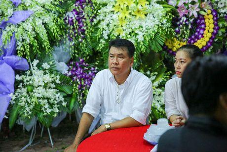 Nguoi dan vay kin, bao ve phai lap rao chan quanh le tang NSND Thanh Tong - Anh 7