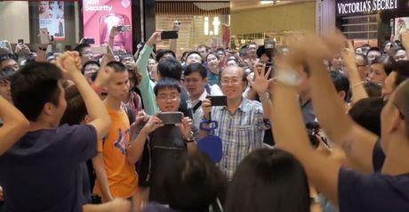 Hon 1.000 iFan tap trung chao mung Apple Store thu sau khai truong o Hong Kong - Anh 1
