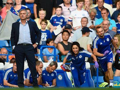 TIET LO: Jose Mourinho tung duoc bac sy Eva Carneiro dich than cham soc - Anh 2