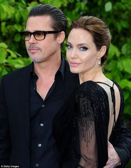 Angelina Jolie bi mot nhom 'phu thuy' tay nao? - Anh 1
