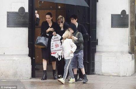 Angelina Jolie bi mot nhom 'phu thuy' tay nao? - Anh 4