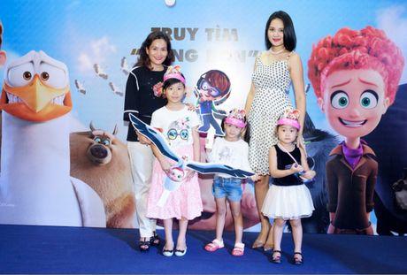 Vo Xuan Bac gay chu y khi dan 2 con di xem phim - Anh 11