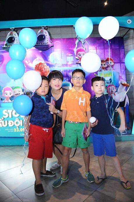 Vo Xuan Bac gay chu y khi dan 2 con di xem phim - Anh 1