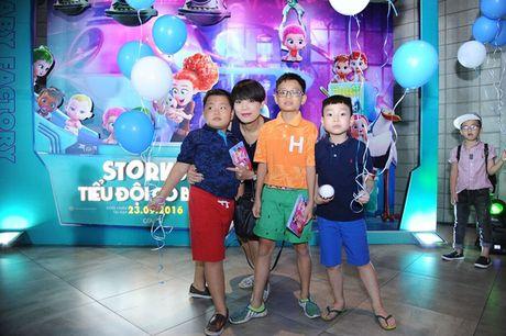 Vo Xuan Bac gay chu y khi dan 2 con di xem phim - Anh 2