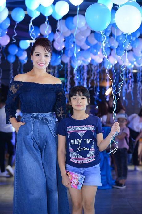 Vo Xuan Bac gay chu y khi dan 2 con di xem phim - Anh 4