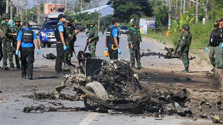 Phien quan Thai Lan danh bom, xa sung lam 5 canh sat thuong vong - Anh 1