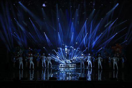 Dam Vinh Hung 'choi thuoc te' quen dau de dien liveshow 12 ty - Anh 4
