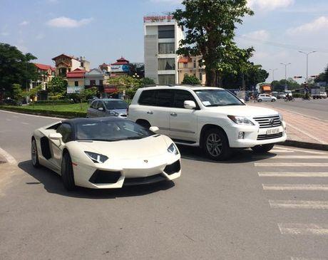Xem sieu xe Lamborghini Aventador mui tran vat va xuong xe chuyen dung tai Ha Noi - Anh 3