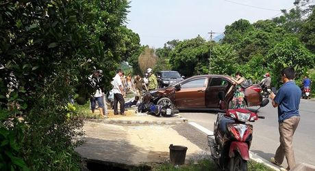 Ha Giang: Yamaha Exciter 150 dam vao Toyota Corolla Altis, mot nguoi gay xuong dui - Anh 2
