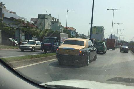 Rolls-Royce 60 ty cua dai gia Lao 'lan banh' tren pho Viet - Anh 8