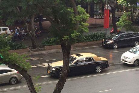 Rolls-Royce 60 ty cua dai gia Lao 'lan banh' tren pho Viet - Anh 9