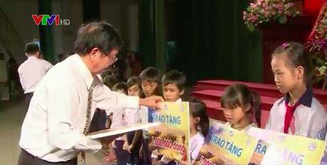 TT - Hue: Trao hoc bong cho hoc sinh vung su co moi truong bien - Anh 1