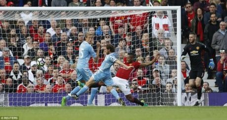 Sai lam cua De Gea, M.U hoa dang tiec truoc Stoke City - Anh 3