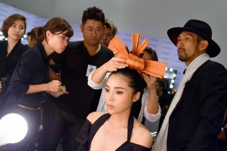 Ky Duyen duoc cham soc nhu ba hoang tai hau truong Elle show - Anh 2