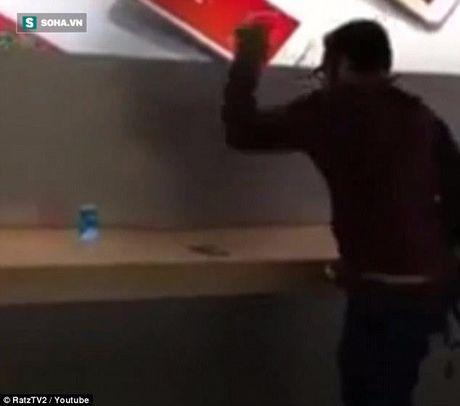 Thanh nien 'cung' vao cua hang Apple dap nat hang loat iPhone 7 - Anh 2