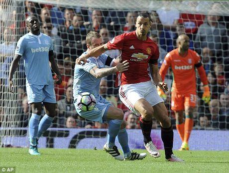 M.U vs Stoke City (1-1): 'Quy do' bi niu chan - Anh 13