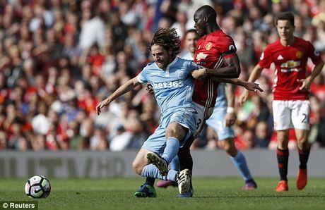 M.U vs Stoke City (1-1): 'Quy do' bi niu chan - Anh 15